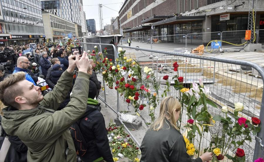 Mieszkańcy Sztokholmu na miejscu ataku