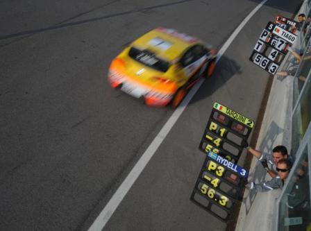 Seat przyciska w wyścigu po mistrza