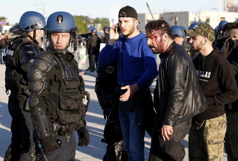 Tureccy kibice starli się z francuską policją. Fani Lyonu wbiegli na boisko