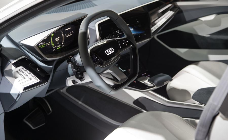 Duże, dotykowe wyświetlacze na konsoli środkowej poniżej centralnego monitora i w drzwiach, służą do prezentowania informacji i do wydawania poleceń systemom pokładowym auta