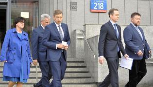Politycy PO wychodzą z budynku MON