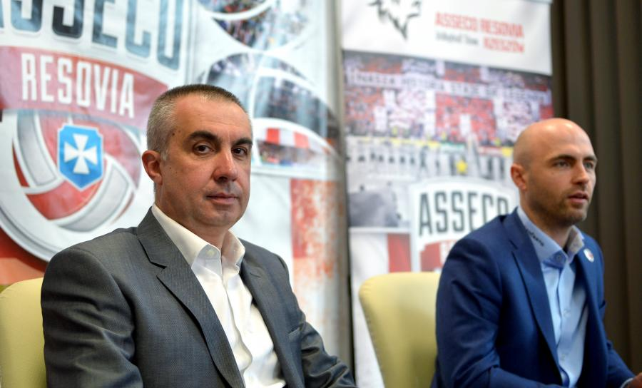 Nowy trener siatkarzy Asseco Resovii Rzeszów Włoch Roberto Serniotti (L) i prezes klubu Bartosz Górski (P)