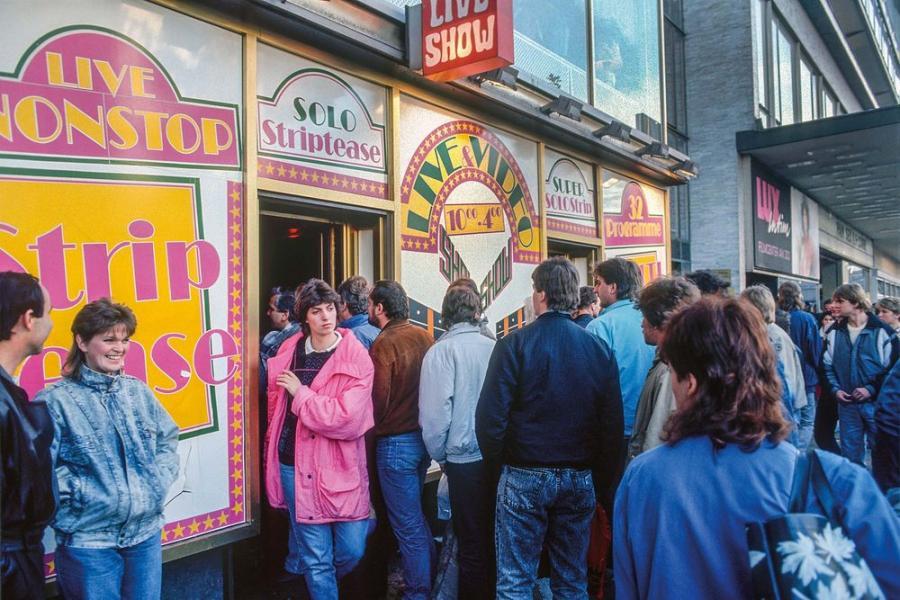 Berlin Zachodni, listopad 1989. Po przejsciu do Berlina Zachodniego, wiele mieszkancow NRD zwiedzalo tego typu sklepy w tym zachodnim miescie / Fot. Chris Niedenthal