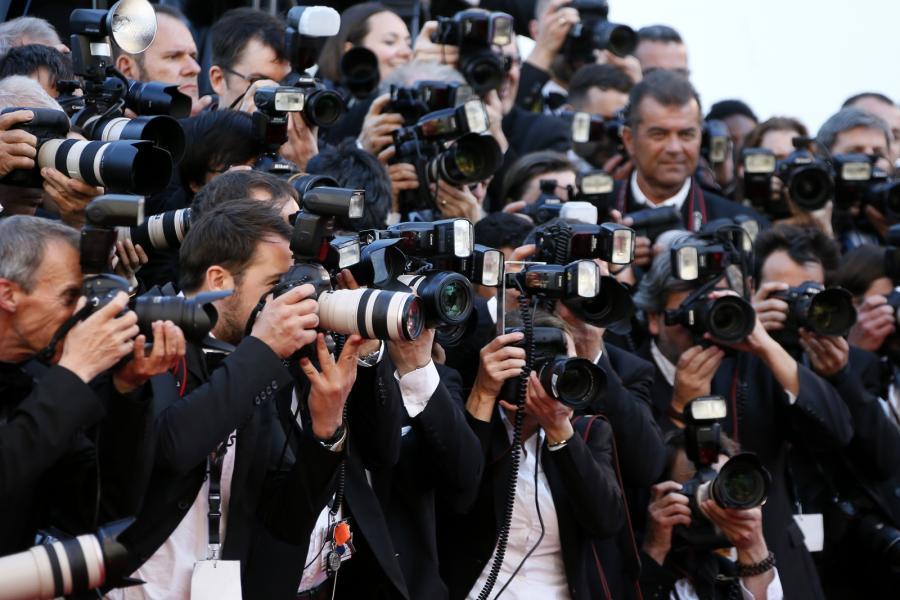 Tłumy fotoreporterów przed pokazem filmu \