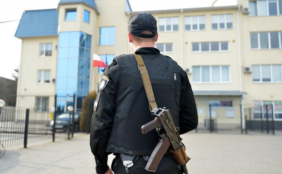 Policja przed budynkiem konsulatu RP w Łucku