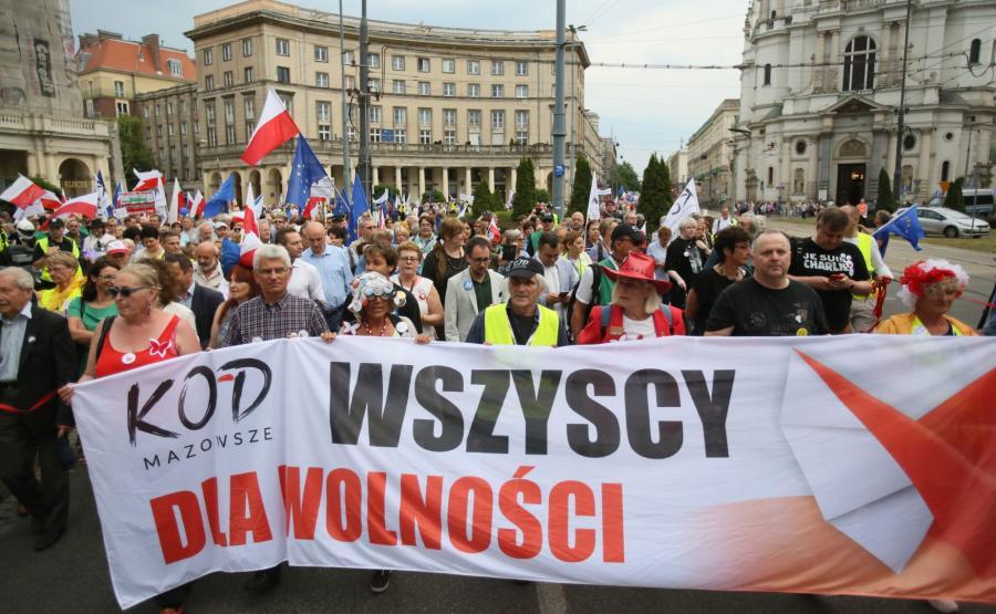 Sympatycy KOD na ulicach Warszawy