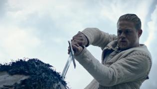"""""""Król Artur: Legenda miecza"""" w kinach od 16 czerwca 2017 roku. Na zdjęciu grający Artura Charlie Hunnam"""