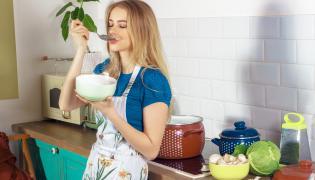 Kobieta je zupę