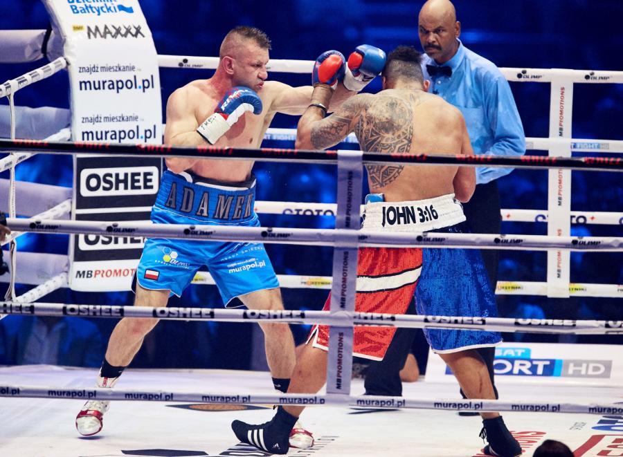 Tomasz Adamek i Solomon Haumono podczas walki wieczoru w trakcie gali bokserskiej Polsat Boxing Night