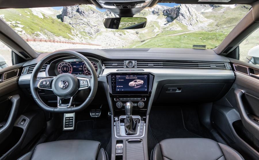 Arteon może być np. wyposażony w Active Info Display (wirtualne wskaźniki w różnych zestawach wyświetlają się na ekranie przed kierowcą), wyświetlacz head-up oraz w nowy system multimedialny z 9,2-calowym ekranem pokrytym szklaną taflą i z systemem sterowania przy pomocy gestów
