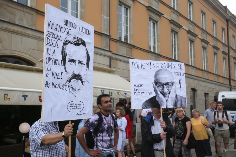 Uczestnicy kontrmanifestacji gromadzą się w okolicy Pałacu Prezydenckiego
