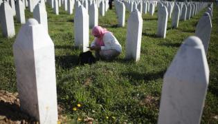 Cmentarz-Pomnik ofiar masakry w Srebrenicy w Potočarach