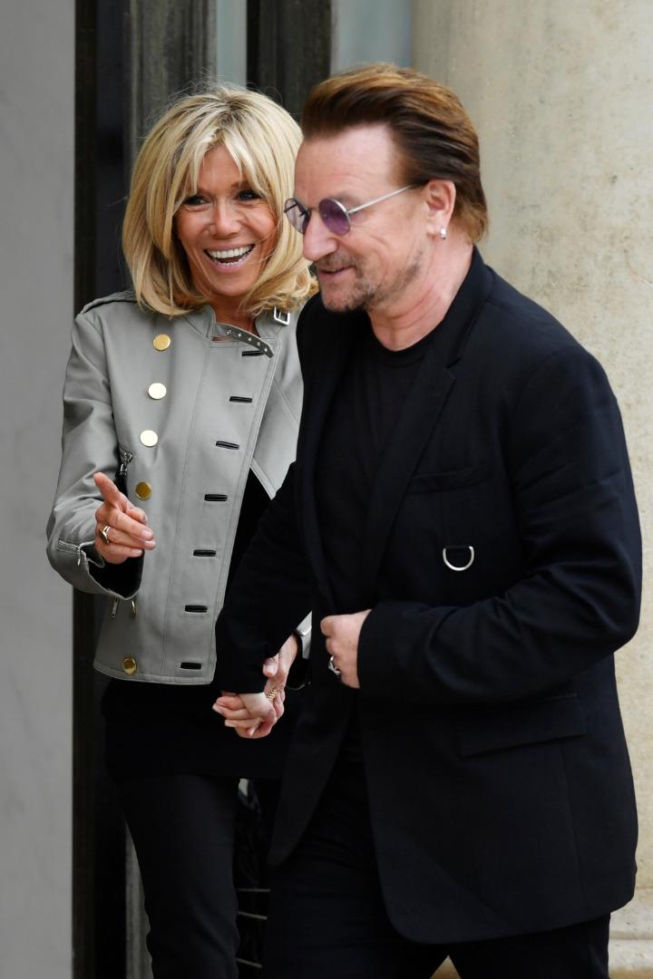 Brigitte Macron i Bono po spotkaniu w Pałacu Elizejskim
