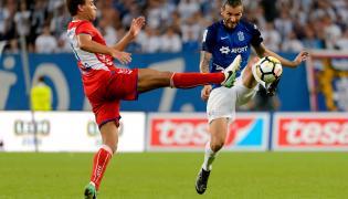 Piłkarz Lecha Poznań Nikola Vujadinovic (P) i Cyriel Dessers (L) z FC Utrecht