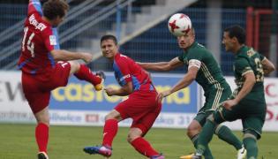 Zawodnicy Piasta Gliwice Konstantin Vassiljev (L) i Mateusz Mak (2L) oraz Piotr Celeban (2P) ze Śląska Wrocław