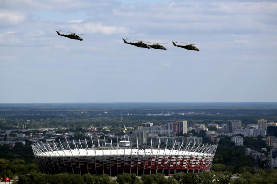 Przelot śmigłowców nad stadionem narodowym