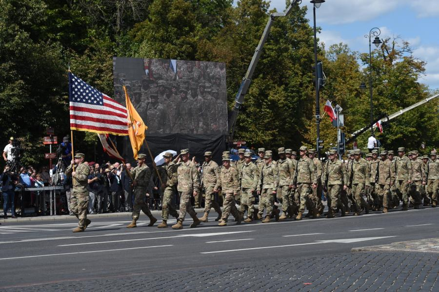 Z polskim wojskiem maszerują żołnierze pododdziałów przysłanych przez NATO dla wzmocnienia wschodniej flanki - m. in. Amerykanie, Kanadyjczycy, Brytyjczycy i Rumuni.