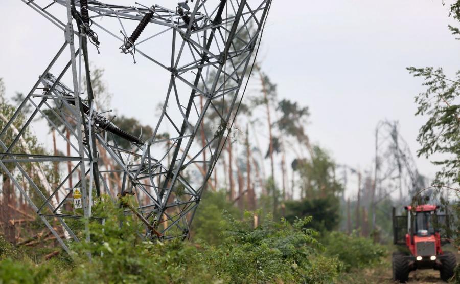 Zniszczony słup energetyczny w okolicy miejscowości Rytel