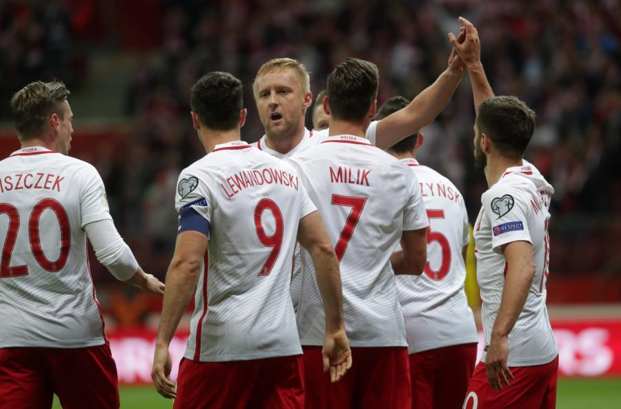 Polscy piłkarze cieszą się ze zdobytej bramki przez Arkadiusza Milika