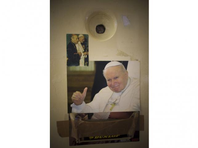 Obrazki z Janem Pawłem II na drzwiach jednej z cel.