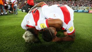 Piłkarze reprezentacji Peru cieszą się z awansu na mundial
