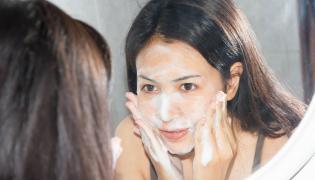 Kobieta myje twarz