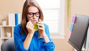 Kobieta pije zieloną herbatę