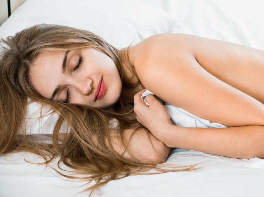 Kobieta śpi nago