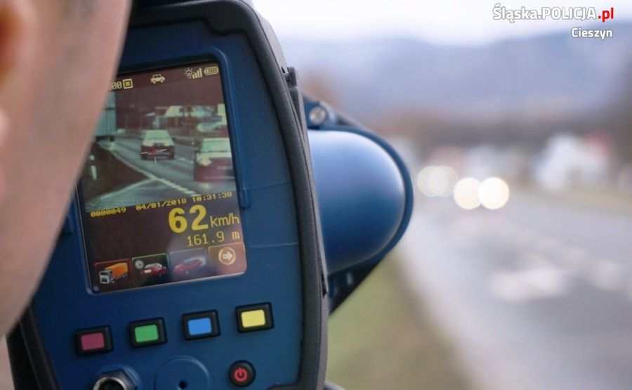 Policja uważa, że na filmie nagranym przez miernik LTI 20/20 TruCam można dokładnie zobaczyć sytuację, w której funkcjonariusz dokonywał pomiaru. Dodatkowo, gdy pojazd zbliży się na ok. 70 m, urządzenie wykona zdjęcie