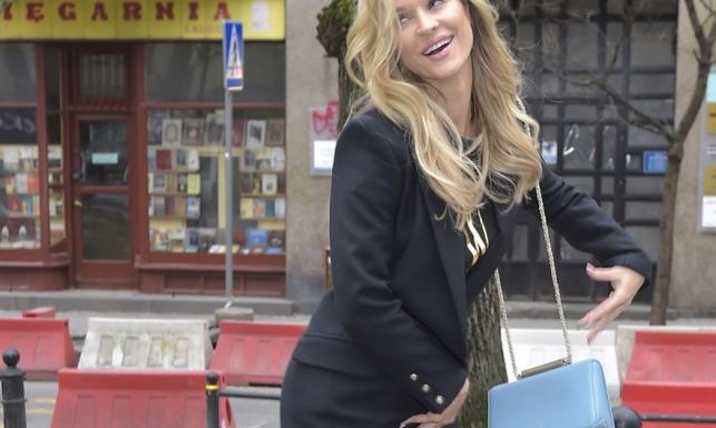 Luksusowa ulicznica: Joanna Krupa w koszulce z napisem CHWDP i kozakach à la Pretty Woman przed studiem TVN. FOTO