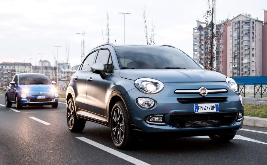 Fiat 500X Mirror oferowany jest w matowej niebieskiej barwie nadwozia oraz chromowanymi elementami. Otrzymał 17-calowe obręcze kół z metali lekkich i reflektory ksenonowe oraz wnętrze nawiązujące kolorystycznie do nadwozia