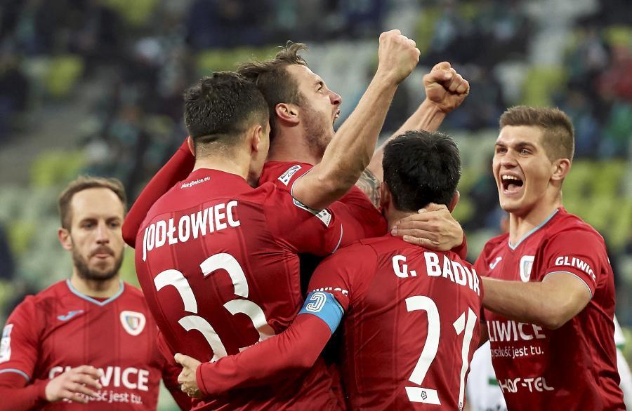 Piłkarze Piasta Gliwice cieszą się z gola Mateusza Szczepaniaka