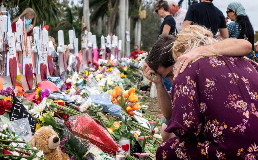 Ludzie oddają hołd ofiarom masakry w szkole w Parkland