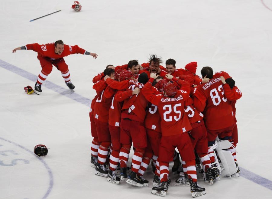Rosyjscy hokeiści cieszą się z wygrania finału w Pjongczang