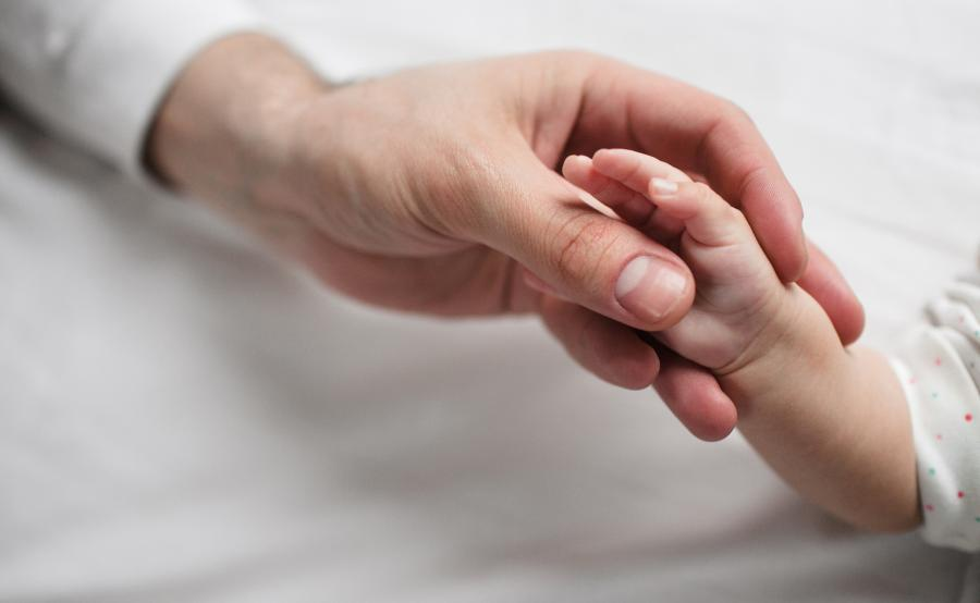 Dłoń dorosłego i dziecka