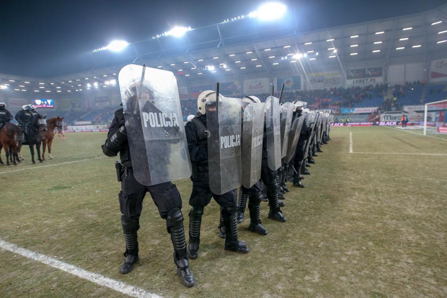 Kibice przerwali mecz Piast - Górnik