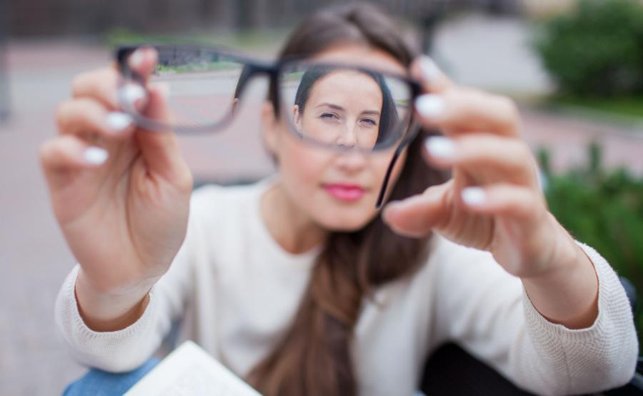 Kobieta zdjęła okulary
