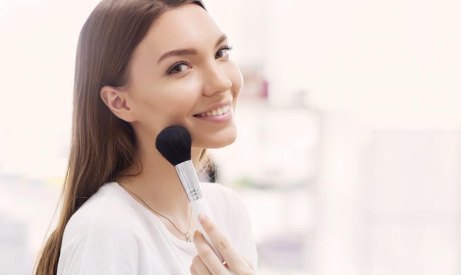Kobieta robi makijaż