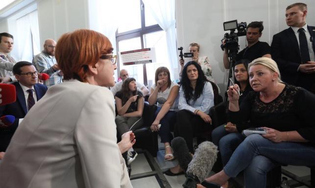 Nocna wizyta minister Rafalskiej u rodzin osób niepełnosprawnych w Sejmie. Rozmowie towarzyszyły duże emocje