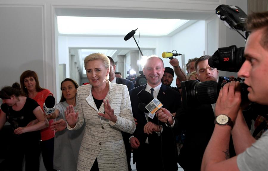 Pierwsza Dama - Agata Kornhauser-Duda (C-L) i podsekretarz stanu w Kancelarii Prezydenta RP Wojciech Kolarski (C-P) po spotkaniu z protestującymi.