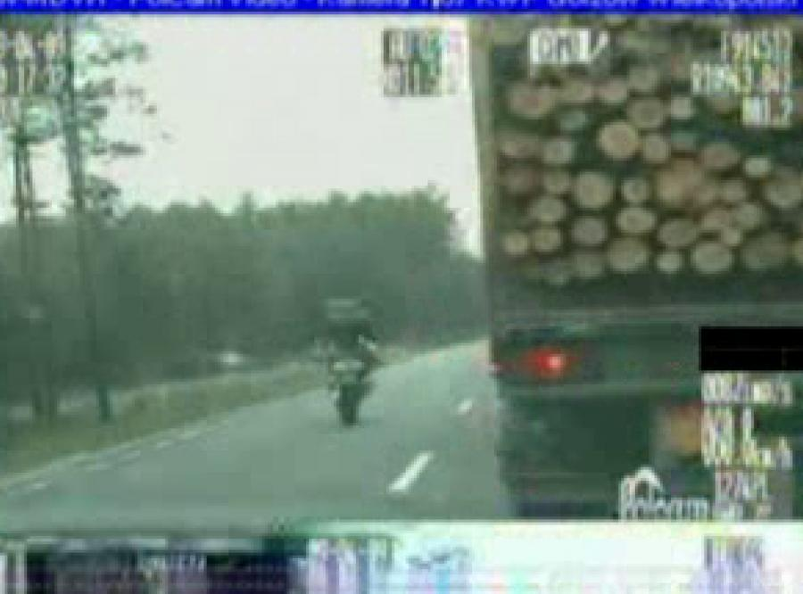 200 km/h i na jednym kole obok policji