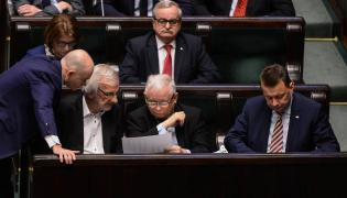 Parlamentarzyści też mają ciężką nogę na drodze