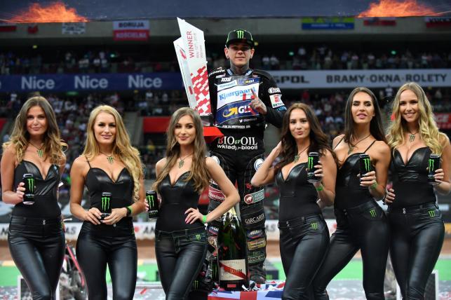 Brytyjczyk Tai Woffinden (C) wygrał żużlowe Grand Prix Polski w Warszawie