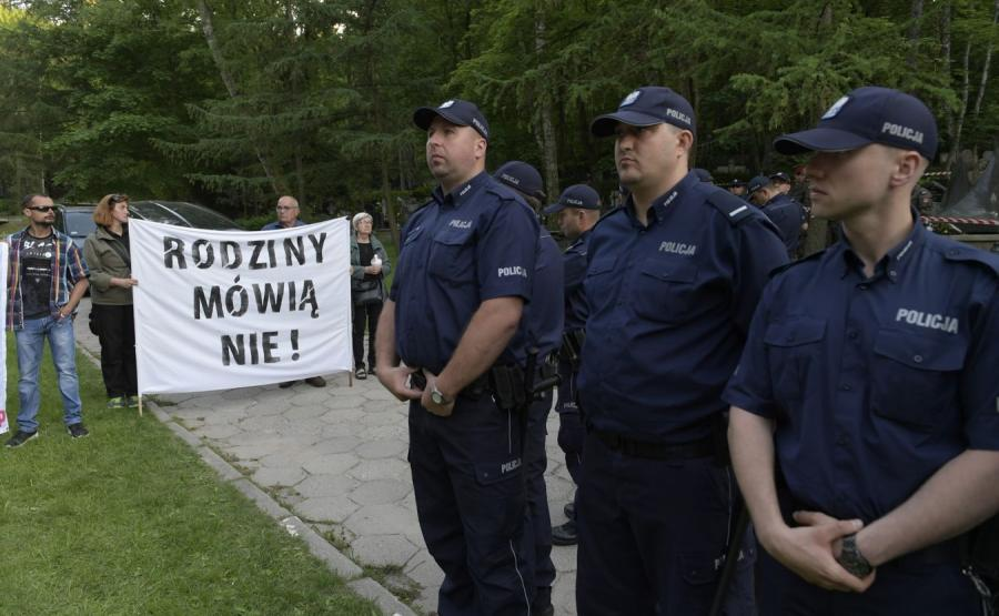 Policyjny kordon i protestujący