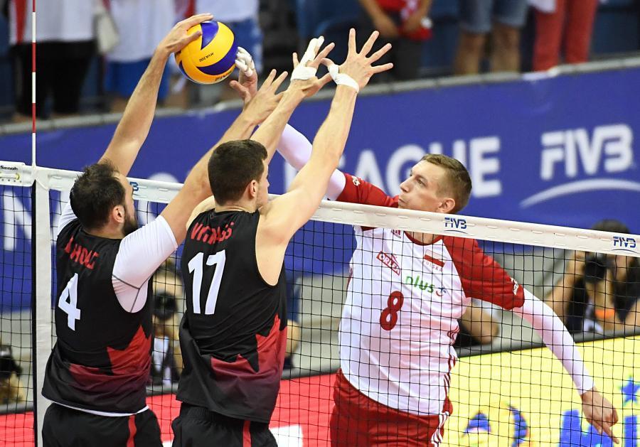 Polak Damian Schulz (P) oraz Nicholas Hoag (L) i Graham Vigrass (C) z Kanady podczas meczu pierwszej edycji turnieju siatkarskiej Ligi Narodów w Krakowie