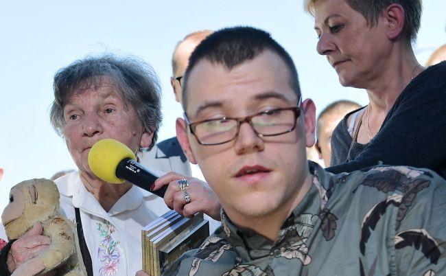 Niepełnosprawny Dawid Stanewicz i uczestniczka Powstania Warszawskiego Wanda Traczyk-Stawska podczas konferencji prasowej przed budynkiem Sejmu