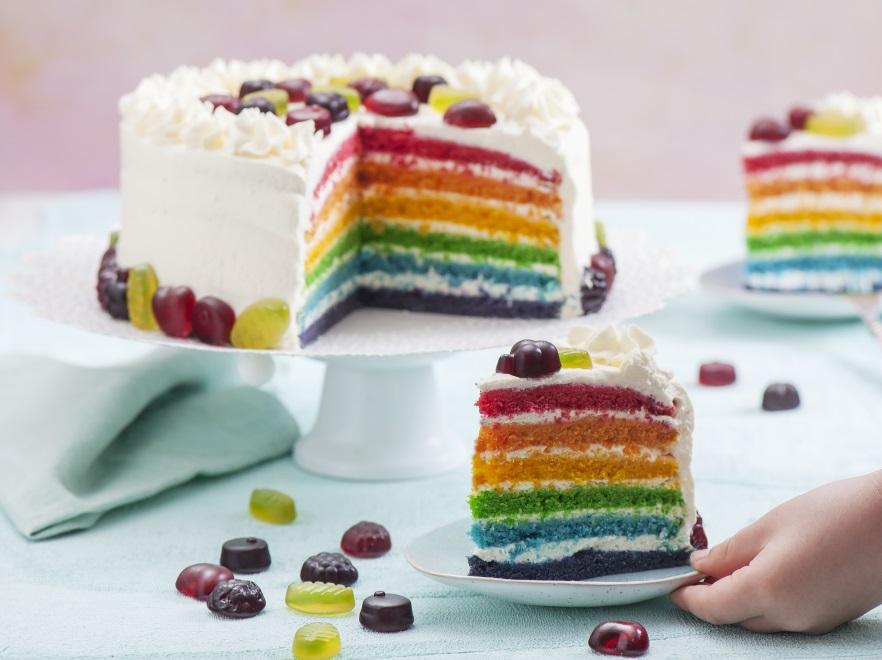 Tęczowy tort z żelkami
