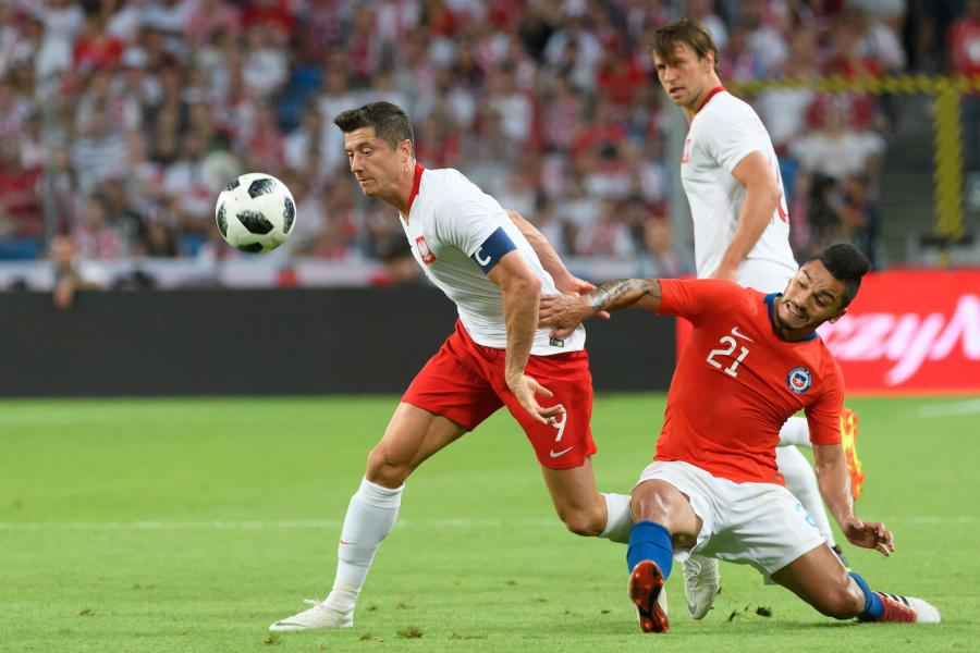 Robert Lewandowski (L) i Lorenzo Reves (P)