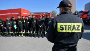 Wielkopolscy strażacy przed wyjazdem z jednostki na poznańskich Ratajach