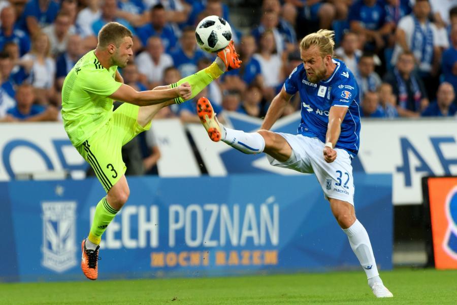 Piłkarz Lecha Poznań Christian Gytkjaer (P) i Siergiej Matwiejczyk (L) z Szachtiora Soligorsk